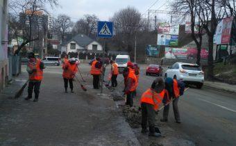 Прибирання вулиць Тернополя після зимового періоду триває