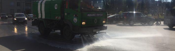 На центральних вулицях Тернополя продовжують працювати поливальні машини