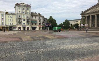 «Авакс Проф» прибирає головний майдан Тернополя пилососами та щітками